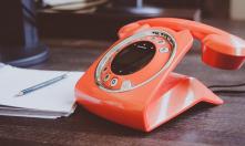 Stylowy stolik pod telefon