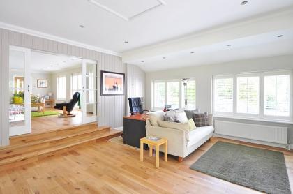 Wybór podłogi do salonu